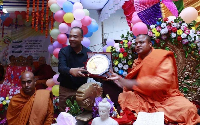 """Sharanangkar Thero receiving a crest from Rocky Barua, who was arrested in Chattogram in may for """"trying to create anarchy"""" in a bid to free Jamaat-e-Islami leader and war crimes convict Delwar Hossain Sayedee. Sharanangkar admitted that he had met Rocky at a programme, but had no link with him."""