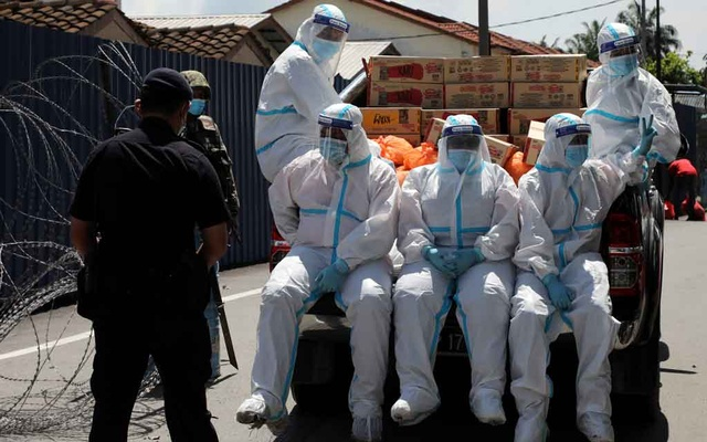 Members of Malaysia Social Welfare Department wearing personal protective equipment prepare for food distribution at an area under enhanced lockdown, amid the coronavirus disease (COVID-19) outbreak in Klang, Malaysia Nov 18, 2020. REUTERS