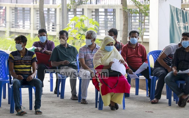 Crowds of people lining up to get tested for the coronavirus at the Mugda Medical College Hospital in Dhaka as the number of cases has begun to rise ahead of winter. Photo: Mahmud Zaman Ovi