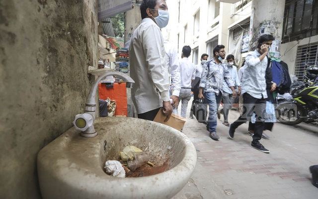 A hand-wash basin, set up to prevent coronavirus infection at Dhaka Metropolitan Sessions Judges Court, has been useless for long after the tap went out of order. Photo: Asif Mahmud Ove