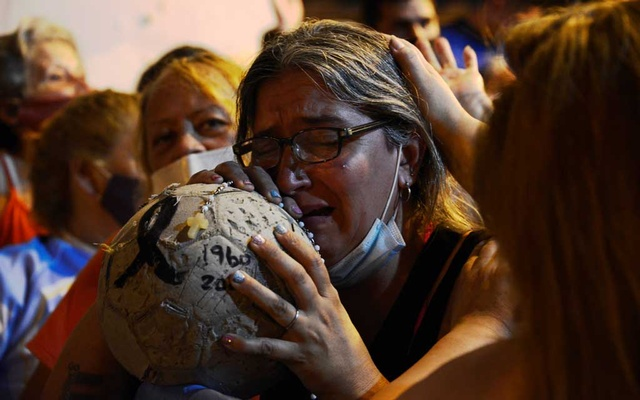 People mourn soccer legend Diego Maradona outside the morgue where his body is being held, in Buenos Aires, Argentina, Nov 25, 2020. REUTERS