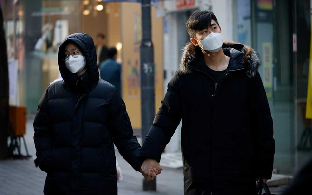 A couple walks in an empty shopping district amid the coronavirus disease (COVID-19) pandemic in Seoul, South Korea, Nov 26, 2020. REUTERS