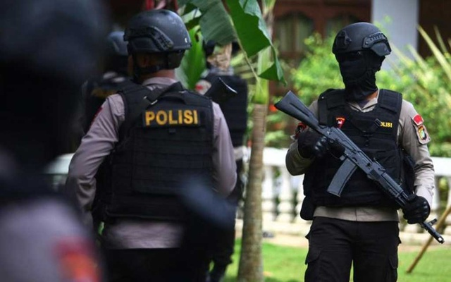 Indonesian police officers stand outside a home following a gunfight in which three suspected militants were killed in South Tangerang, Banten province near Jakarta, Indonesia December 21, 2016 in this photo taken by Antara Foto. Antara Foto/Muhammad Iqbal/via REUTERS