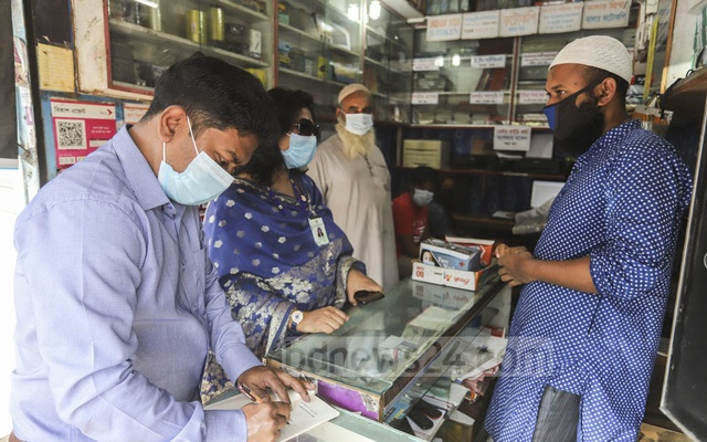 Executive Magistrate Yasmin Monira led a mobile court drive in the Town Hall area of Dhaka's Mohammadpur on Saturday, Nov 28, 2020 to enforce mandatory mask rules amid a surge in the coronavirus outbreak. Photo: Asif Mahmud Ove