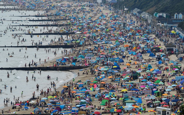 People enjoy Bournemouth Beach during an unusual heat wave in Bournemouth, England, Aug 7, 2020. REUTERS/FILE
