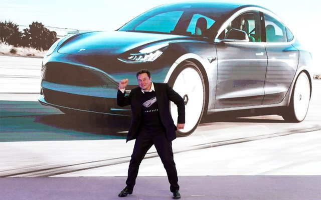 Tesla Inc CEO Elon Musk dances onstage during a delivery event for Tesla China-made Model 3 cars in Shanghai, China Jan 7, 2020. REUTERS