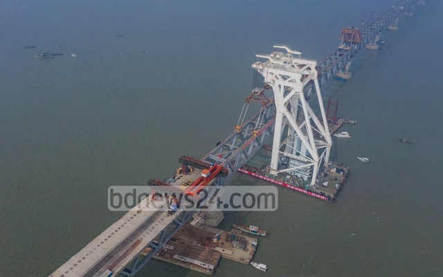 Span No. 2F, the final of the 41 spans of the Padma Bridge, was installed on piers 12 and 13 at 12:02pm on Thursday, making the main structure fully visible.