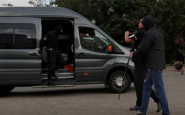 Law enforcement officers detaining a journalist who was on assignment are photographed by a Reuters photographer shortly before his detention, in central Minsk, Belarus Aug 27, 2020. REUTERS/FILE