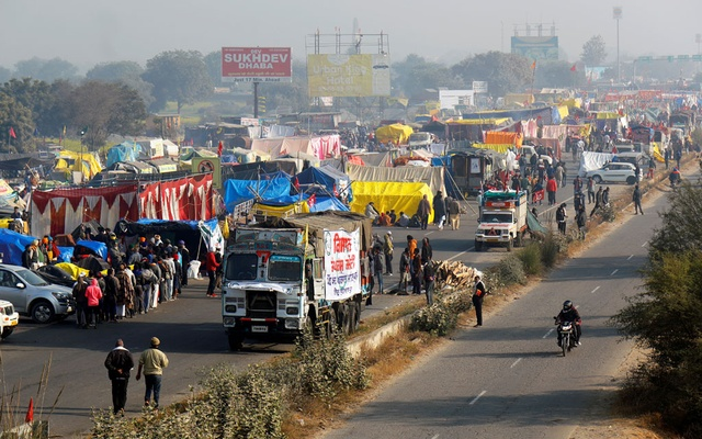 A view of a crowded highway as farmers protest against new farm laws at a state border in Shahjahanpur, in the desert state of Rajasthan, near New Delhi, India, December 26, 2020. Reuters