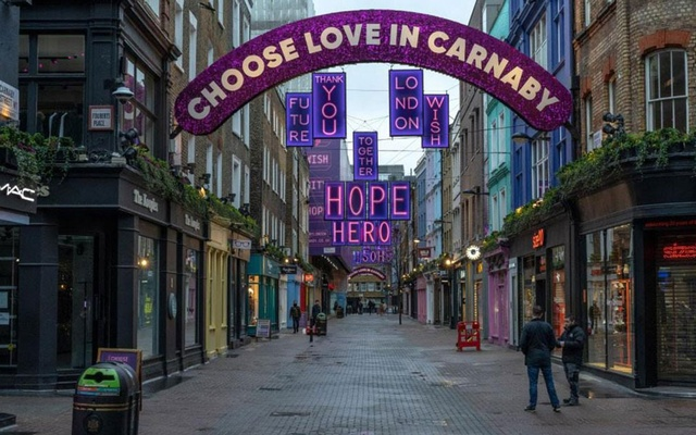 A nearly deserted Carnaby Street in central London on Monday, Dec. 21, 2020. A decision by the United States to require all airline passengers arriving from Britain to test negative for the coronavirus within 72 hours of their departure, starting on Monday, Dec. 28, was not so much a shock as it was another bitter pill in a somber holiday season. (Andrew Testa/The New York Times)