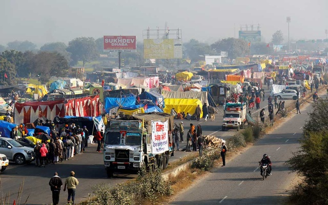 A view of a crowded highway as farmers protest against new farm laws at a state border in Shahjahanpur, in the desert state of Rajasthan, near New Delhi, India, Dec 26, 2020. REUTERS