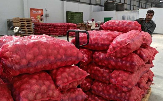 FILE PHOTO: A worker of a retail chain pushes a trolley loaded with onion bags at Manchar village in Pune, India, November 11, 2019. Picture taken November 11, 2019. REUTERS/Rajendra Jadhav