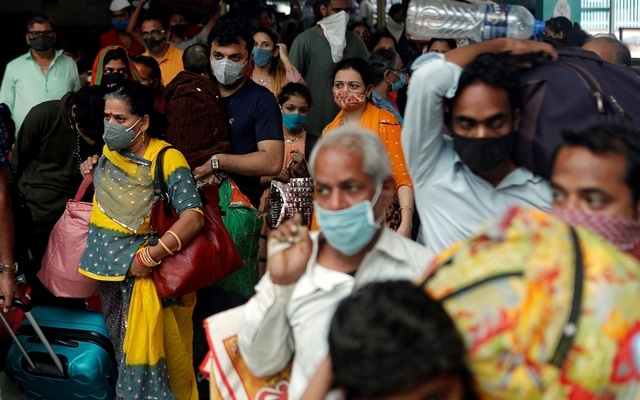 People wearing protective masks exit a railway station amid the spread of the coronavirus disease (COVID-19) in Mumbai, India, December 11, 2020. Reuters