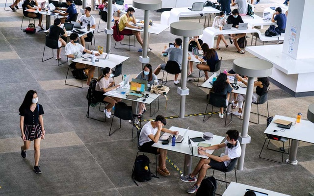Students at the National University of Singapore maintain physical distance while studying at an outdoor area on campus in Singapore on Nov 17, 2020. Singapore's three major universities have reported zero COVID-19 cases. Their secret: technology, tough penalties and students willing to comply. Ore Huiying/The New York Times