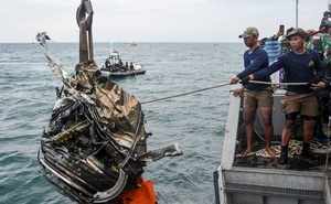 Indonesian Navy members pull up a piece of debris during a search for the remains from Sriwijaya Air flight SJ 182, which crashed into the sea off the Jakarta coast, Indonesia, January 11, 2021, in this photo taken by Antara Foto/M Risyal Hidayat/via Reuters.