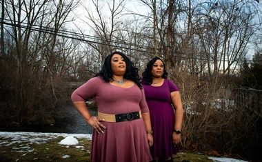 Twins Kimberly, left and Kelly Standard in Rochester, Mich., on Wednesday, Jan. 13, 2021. Both sisters had COVID-19 last spring, but their experiences differed significantly: Kelly was hospitalised for less than a week while Kimberly spent a month in critical condition. (Emily Rose Bennett/The New York Times)