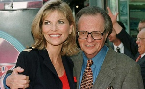 Talk show host Larry King poses with his girlfreind, Shawn Southwick after King's star was unveiled May 8 on the Hollywood Walk of Fame along Hollywood Boulevard in Hollywood. May 8, 1997. REUTERS