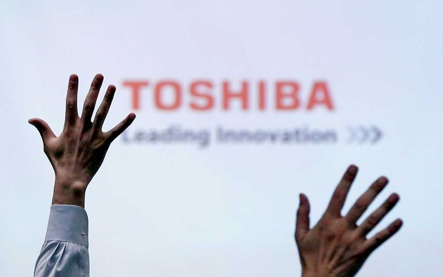 Reporters raise their hands for a question during a Toshiba news conference at the company headquarters in Tokyo, Japan, June 23, 2017. REUTERS