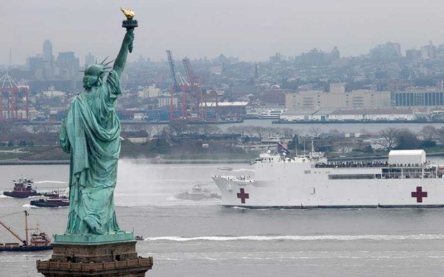 The USNS Comfort passes the Statue of Liberty as it enters New York Harbour during the outbreak of the coronavirus disease (COVID-19) in New York City, US, March 30, 2020. REUTERS/Mike Segar