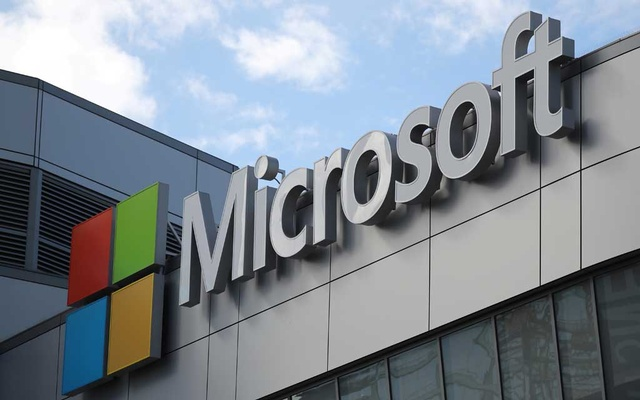 A Microsoft logo is seen a day after Microsoft Corp's $26.2 billion purchase of LinkedIn Corp, in Los Angeles, California, US, Jun 14, 2016. REUTERS