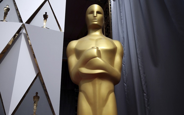 An Oscar statue along the red carpet area during preparations for the Academy Awards in Los Angeles, Feb 27, 2016. The New York Times