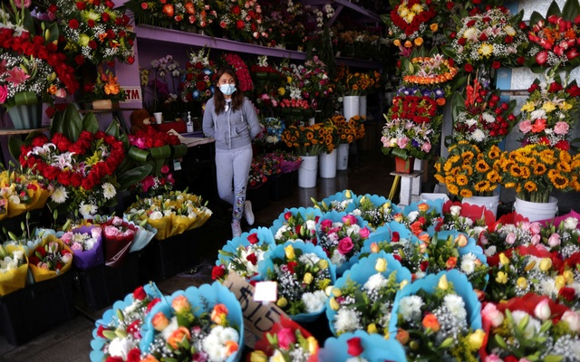 Florist Maria Alvarez, 25, waits for customers in her store, as the coronavirus disease (COVID-19) outbreak continues, ahead of Valentine's Day in Los Angeles, California, US, Feb 4, 2021. REUTERS