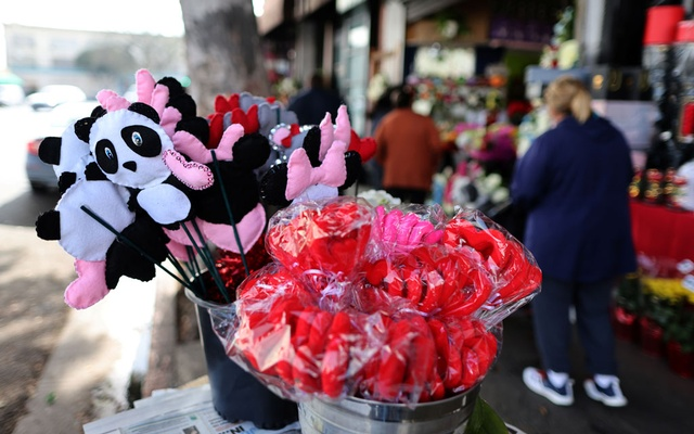 People shop for flowers, as the coronavirus disease (COVID-19) outbreak continues, ahead of Valentine's Day in Los Angeles, California, US, Feb 4, 2021. REUTERS