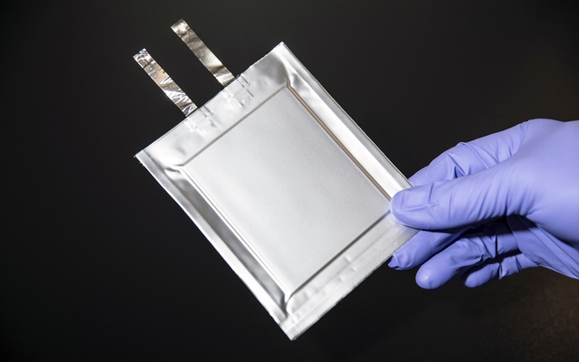 An employee holds QuantumScape's solid state lithium metal cell battery for electric vehicles in San Jose, Calif, on Feb 4, 2021. The company is working on a technology that could make car batteries cheaper, more reliable and quicker to recharge. (Gabriela Hasbun/The New York Times)