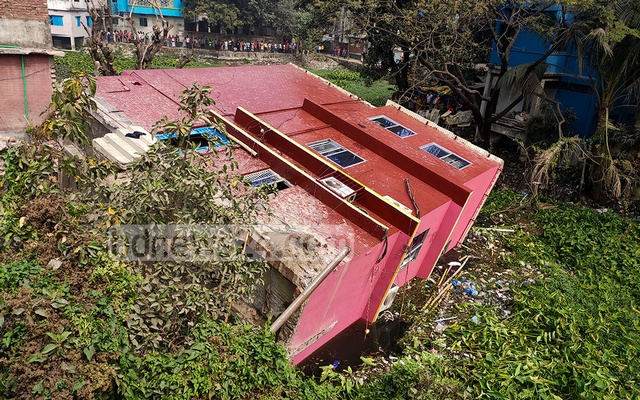A three-storey building next to the Purbachal playground in Dhaka's Keraniganj collapses into a swamp on Friday, Feb 19, 2021. Photo: Asif Mahmud Ove