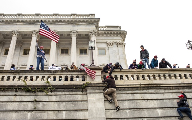 Pro-Trump rioters climb the Capitol walls in Washington, Jan. 6, 2021. Prosecutors anticipate that the Capitol riot investigation could result in 400 to 500 criminal cases. (Jason Andrew/The New York Times)