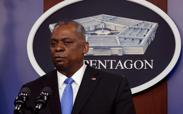 FILE PHOTO: US Defence Secretary Lloyd Austin speaks to Defense Department personnel during a visit by US President Joe Biden at the Pentagon in Arlington, Virginia, US, February 10, 2021. REUTERS/Carlos Barria/