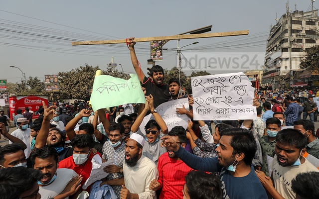 Students of seven colleges affiliated with Dhaka University blocked Nilkhet intersection to protest against the postponement of their ongoing examinations and demand the authorities reopen the halls of residence on Wednesday, Feb 24, 2021.