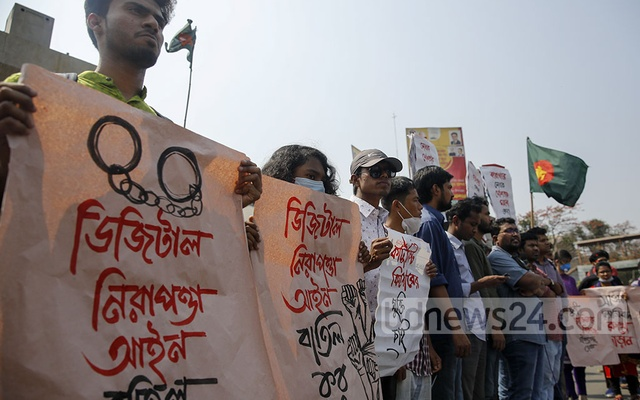 Members of various leftist student organisations block the Shahbagh intersection during a protest against the death of writer Mushtaq Ahmed in jail following his arrest in a Digital Security Act case, Feb 26, 2021.