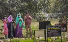 People pay their respects to relatives who died of COVID-19 at Dhaka's Rayer Bazar graveyard on Saturday, Mar 20, 2021. Photo: Mahmud Zaman Ovi