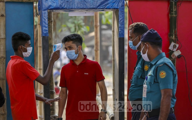 The body temperatures of the visitors are being checked at the entrance of the Ekushey Book Fair, which was launched after a long delay due to the coronavirus pandemic. Photo: Mahmud Zaman Ovi