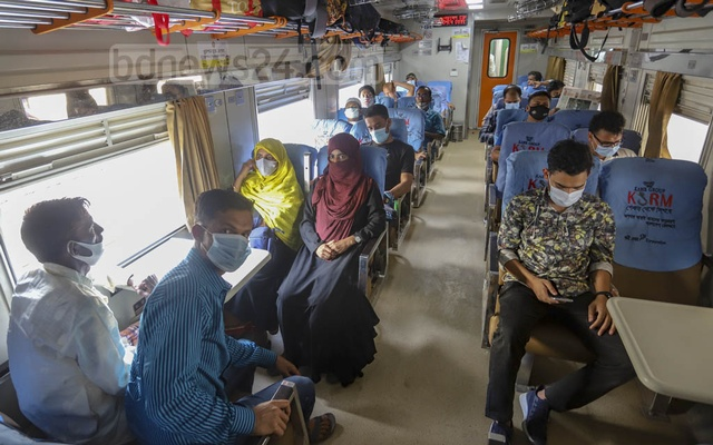 The authorities operate train services at full capacity on Wednesday, Mar 31, 2021 before they are set to begin allowing travel in half the seats on Apr 5 amid the coronavirus pandemic. Photo: Asif Mahmud Ove
