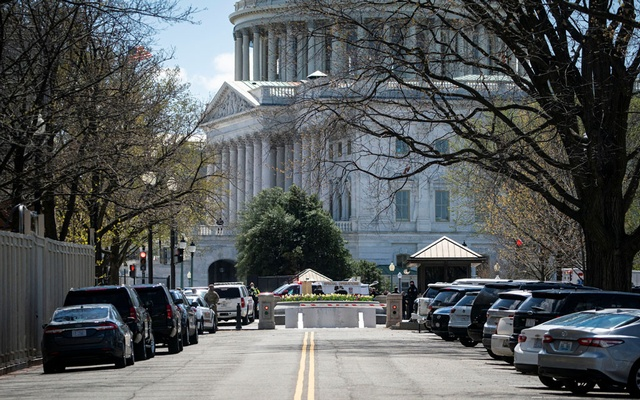 US Capitol Police investigate following a security threat at the US Capitol in Washington, US, April 2, 2021. Reuters