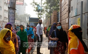 Workers enter a garment factory in Dhaka's Tejgaon by maintaining physical distancing on Monday, Apr 5, 2021 as a weeklong lockdown began to contain a surge in coronavirus cases. Photo: Mahmud Zaman Ovi