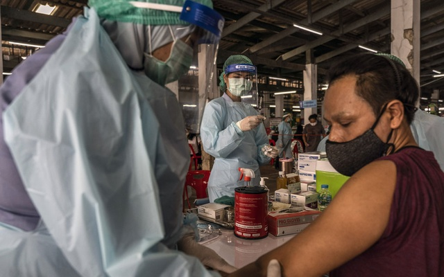 A man receives a COVID-19 vacine during a vaccination drive in Bangkok, Thailand, on March 17, 2021. Countries struggling to obtain vaccines from wealthier countries may be able to make NVD-HXP-S for themselves or acquire it at low cost from neighbours. (Adam Dean/The New York Times)