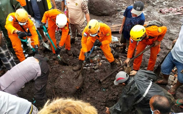 Indonesia rescue agency search for a body at an area affected by flash floods after heavy rains in East Flores, East Nusa Tenggara province, Indonesia, April 5, 2021. REUTERS