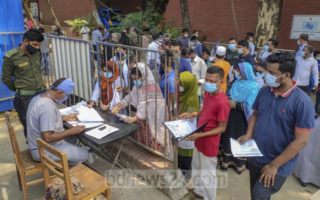 Suspected coronavirus patients crowding Shaheed Suhrawardy Medical College Hospital in Dhaka on Wednesday, Apr 7, 2021 for tests amid a surge in COVID-19 cases. Photo: Asif Mahmud Ove