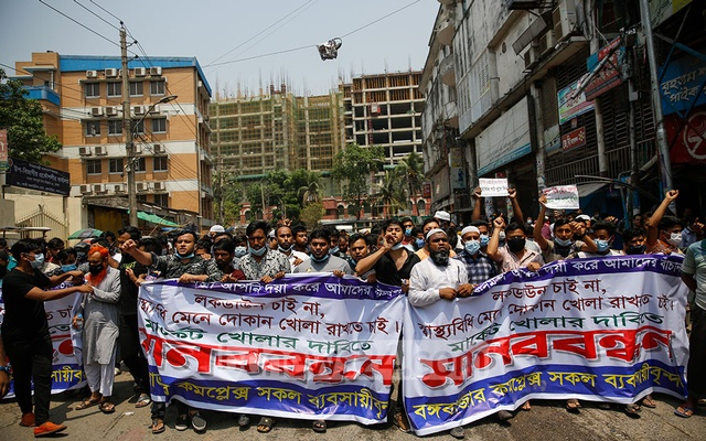 Shop owners and employees form a human chain outside Bangabazar demanding that stores be allowed to remain open during the coronavirus-induced lockdown on Wednesday, Apr 07, 2021.