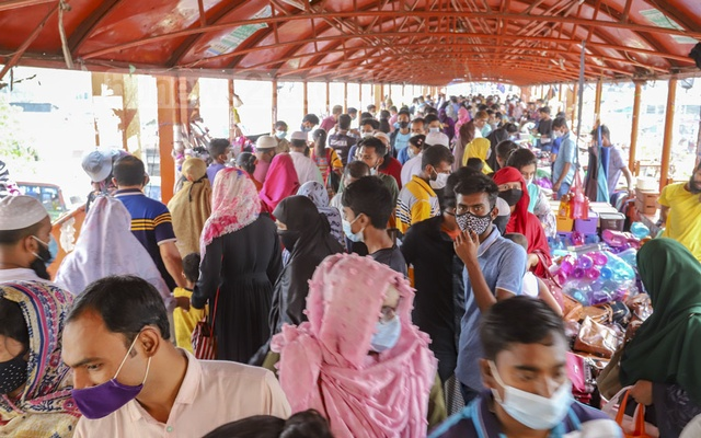 People crowding Dhaka's New Market area after the government decided to allow stores and shopping malls to remain open during the ongoing coronavirus-induced lockdown, subject to compliance with
