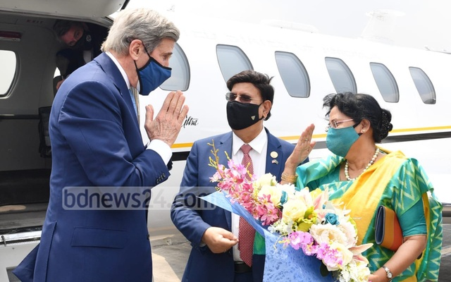 Foreign Minister AK Abdul Momen and his wife Selina Momen receive US Special Presidential Envoy for Climate John Kerry in Dhaka on Friday, Apr 9, 2021.