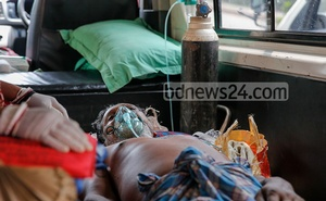 Gurucharan Sarker, a resident of Dhaka's Meradia, had undergone treatment at a private hospital in Banasree for the last three days after contracting the coronavirus. He was moved to Mugda General Hospital after his condition deteriorated on Saturday, Apr 10, 2021. Photo: Mahmud Zaman Ovi
