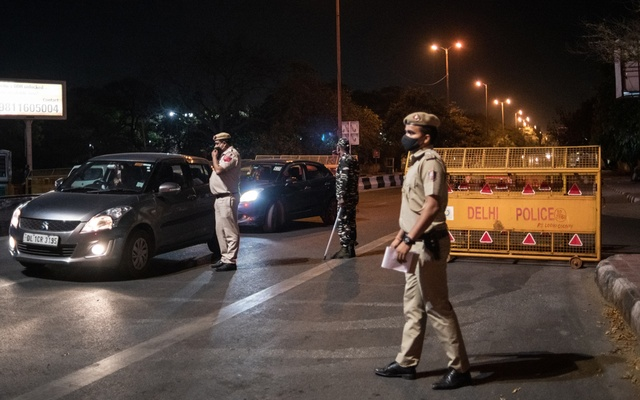 Police set up a checkpoint ahead of a nighttime curfew in New Delhi on Friday, April 9, 2021. (Rebecca Conway/The New York Times)