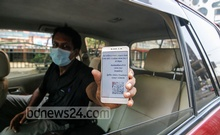 A man shows his movement pass to police at Dhaka's Motijheel on the first day of a seven-day lockdown enforced in Bangladesh with stricter rules. Photo: Mahmud Zaman Ovi