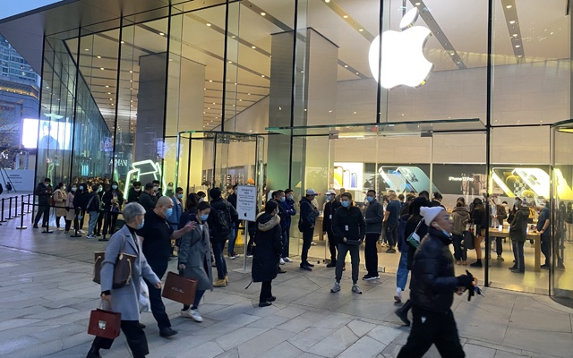 Shoppers outside an Apple store in Shanghai on Nov 14, 2020. The New York Times