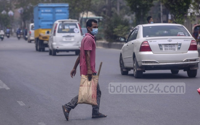 A labourer returns home after waiting for work for hours at Natun Bazar in Dhaka's Badda amid a lockdown over the coronavirus outbreak on Friday, Apr 16, 2021. Photo: Asif Mahmud Ove