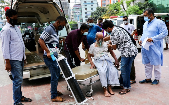 A patient infected with the coronavirus arrives for treatment at the Dhaka North City Corporation COVID-19 temporary hospital, in Dhaka, Bangladesh, Apr 21, 2021. REUTERS